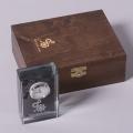 szklany zegar w drewnianym pudełku